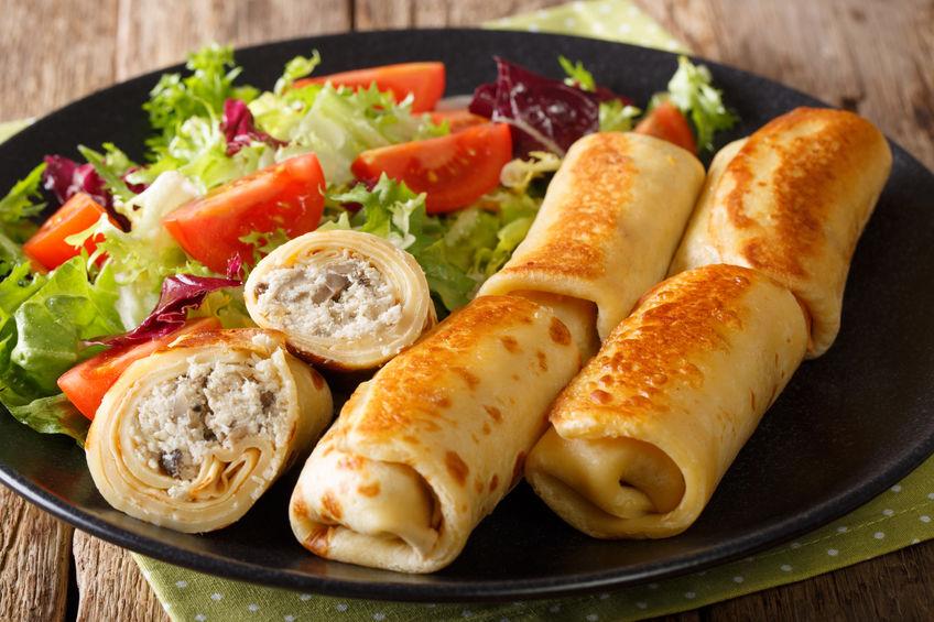 Crepe Rolletjes met Kip, Kaas, Paddenstoelen en Salade van Verse Groenten